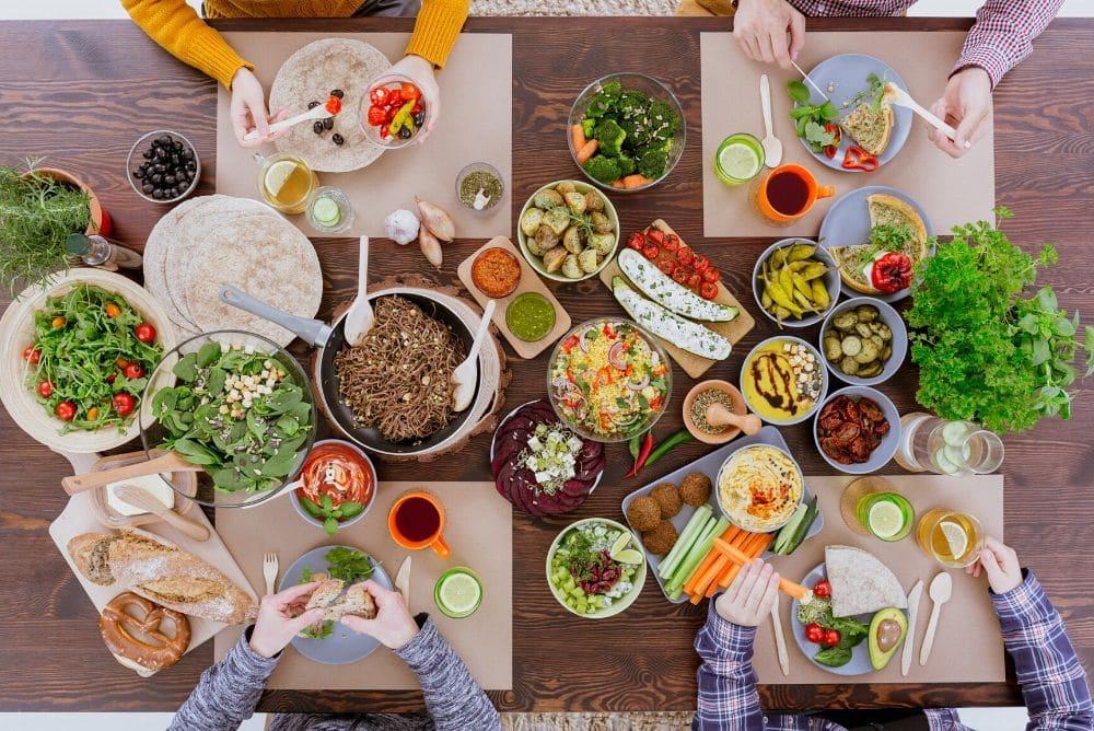 Ernährung am Arbeitsplatz: Unsere Tipps gegen Müdigkeit nach der Mittagspause